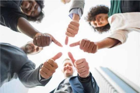 קבוצה מחזיקה ידיים יחד