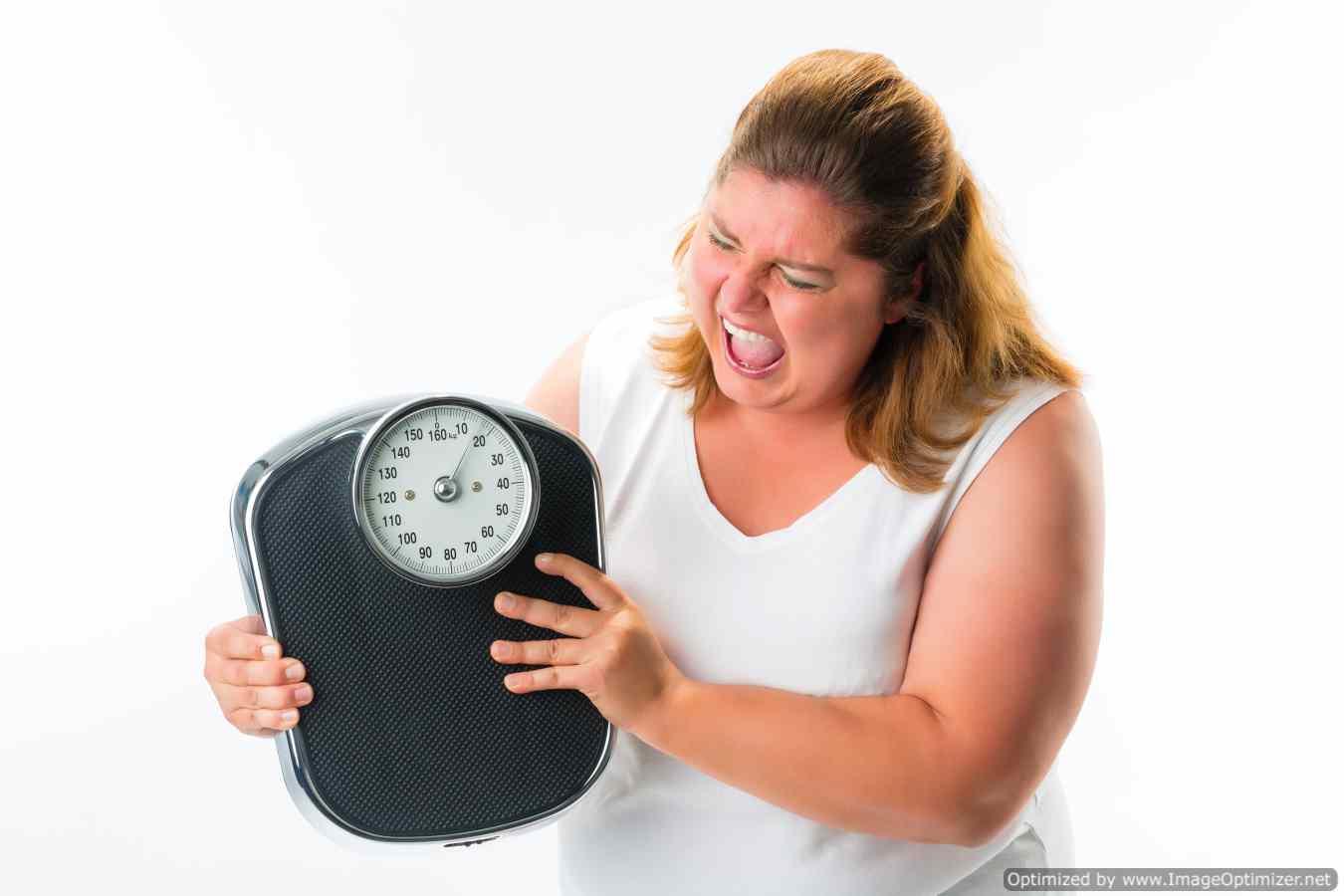 אשה אוחזת במשקל אדם