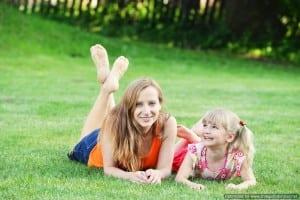 אמא ובת על הדשא