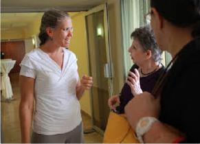 דפנה רטר מדברת עם תלמידות