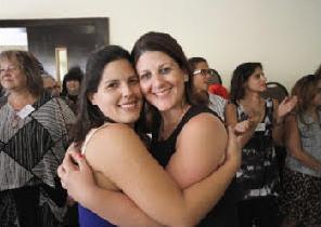 שתי נשים מתחבקות בסמינר NLP